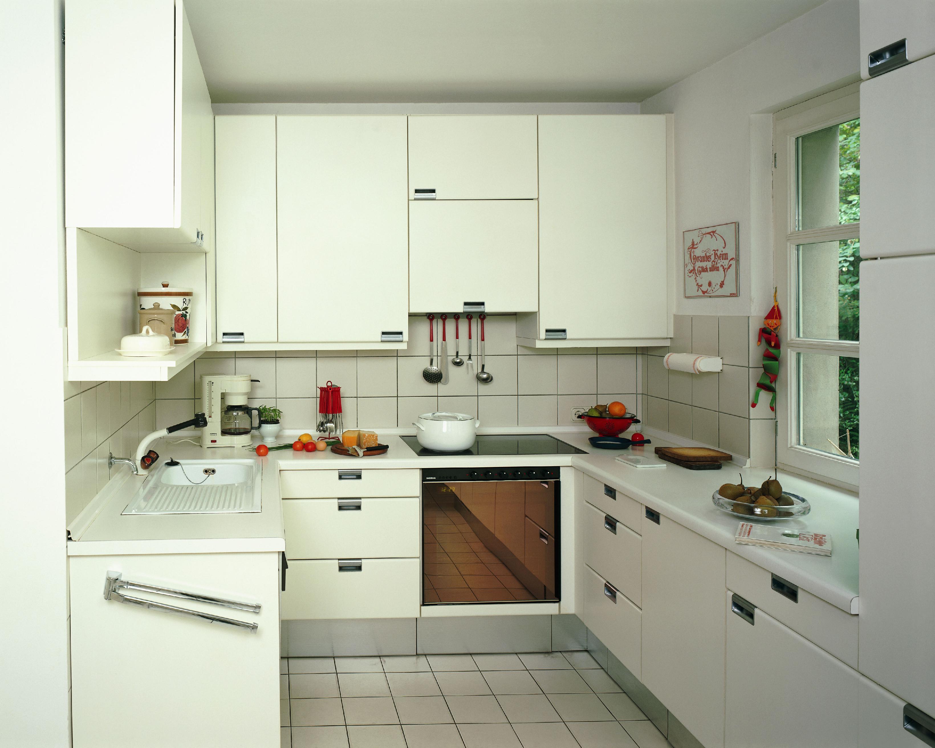 厨房收纳妙招一:以动线规划收纳 任何在收纳方面值得称道的厨房,都离不开与厨房动线的完美融合。因为无论是一字型、二字型、U型,乃至岛型厨房,都应该是依据空间和实际使用习惯来进行打造。 我们知道,所谓厨房动线就是指食物从储藏到清洗处理再到烹饪的运动线路。拿最简单的一字型的厨房来说,冰箱、水槽、料理台外加灶具,就构成了一条最简洁的厨房行动路线。而厨房要使用的舒适,当然也就离不开各类物品的存放。如此,与之相对应的,厨房物品在需要之时的拿取方便与否,很大程度上决定了这个厨房的实用性。 所以,在设计厨房时,业主或设